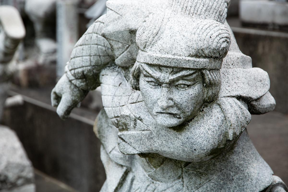 betonowe figury samurajów